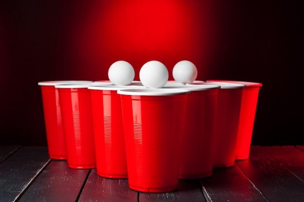 Filiżanki do beer pong na stole