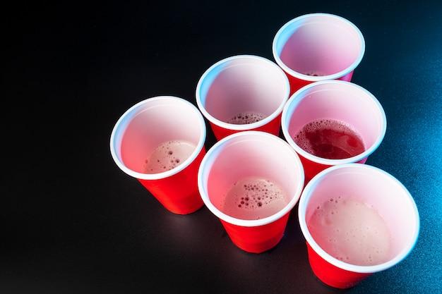 Filiżanki do gry beer pong na stole