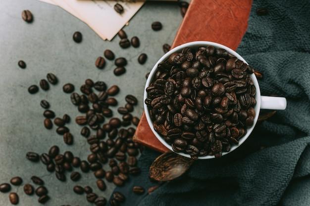Filiżanki do kawy i fasola, koncepcja międzynarodowego dnia kawy