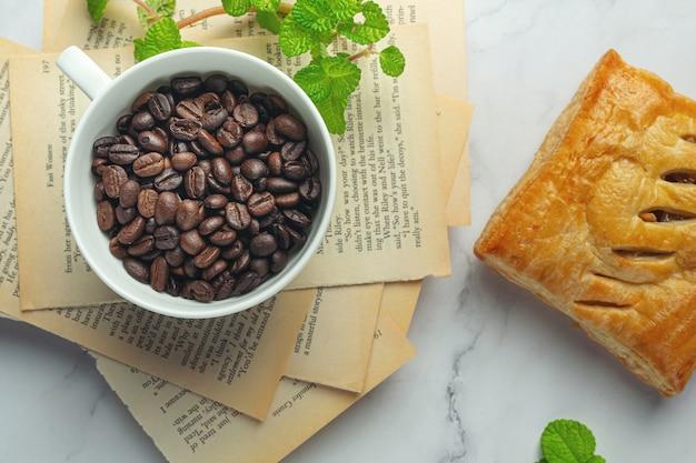 Filiżanki i ziarna kawy