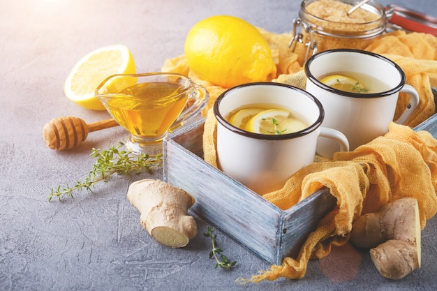 Filiżanki imbirowej herbaty z miodem i cytryną