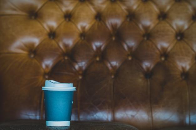 Filiżanki kawa na rocznik kanapie