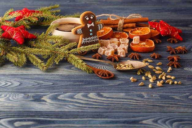 Filiżanki kawy i bożych narodzeń zabawki na drewnianym stole.