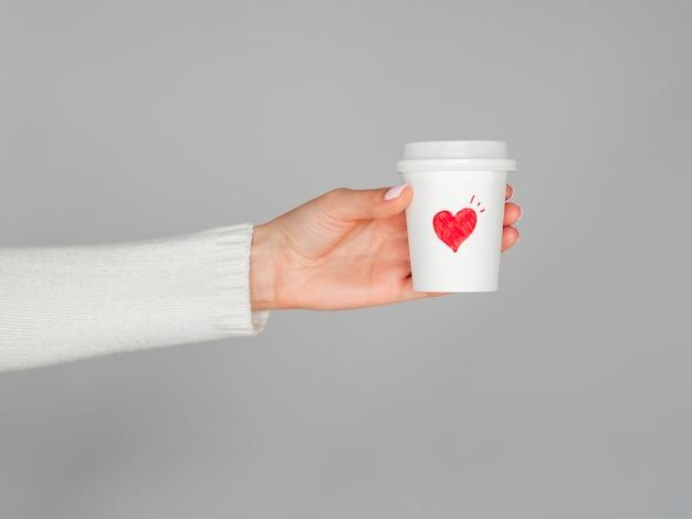 Filiżanki kawy miłości trzymając się za ręce