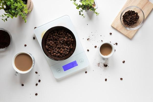 Filiżanki kawy na stole