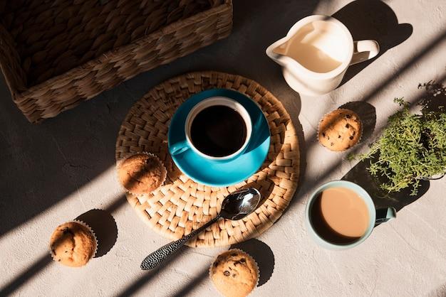 Filiżanki kawy pod wysokim kątem z mlekiem