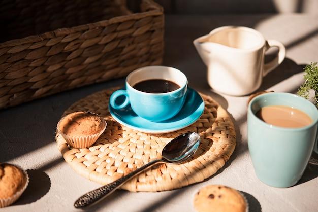 Filiżanki kawy z mlekiem