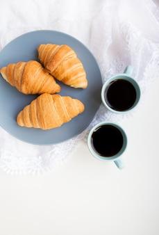 Filiżanki kawy z rogalikami