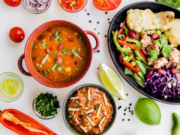 Filiżanki z dodatkami i danie meksykańskie