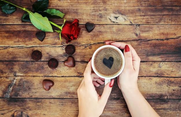 Filiżanki z kawą w rękach mężczyzn i kobiet. selektywna ostrość.