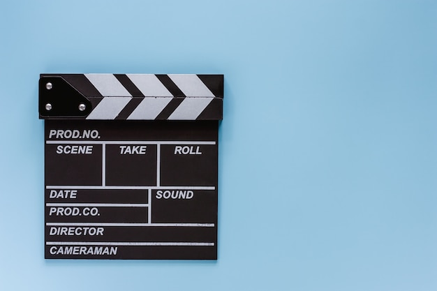 Film deska klapy na niebieskim tle do filmowania sprzętu
