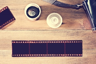 Film fotograficzny na drewnianym tle.
