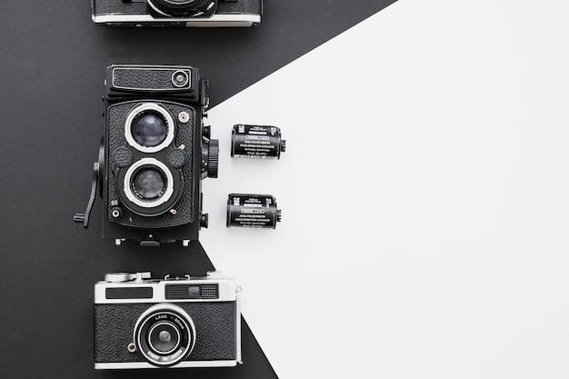 Film fotograficzny w pobliżu aparatów fotograficznych