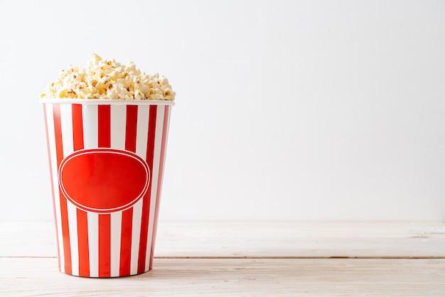 Film popcorn w wiadrze