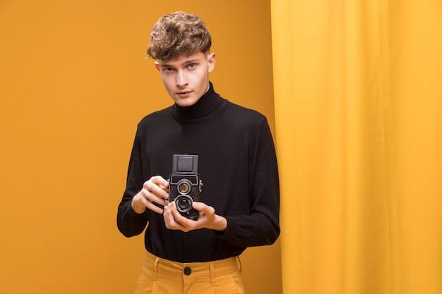 Filmowanie chłopca z kamerą w żółtej scenie