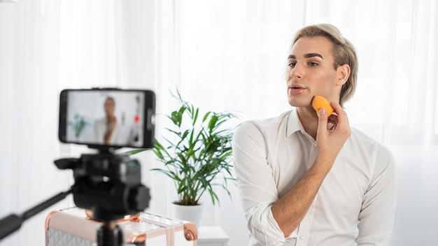 Filmowany jest wygląd makijażu męskiego