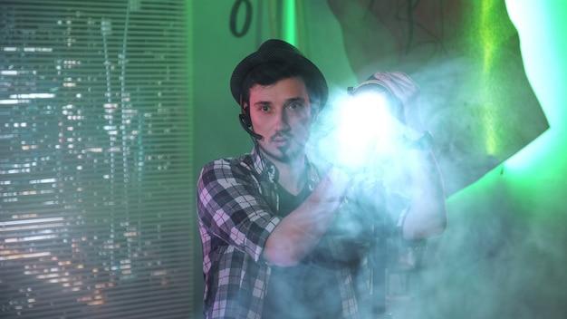 Filmowiec patrząc na kamerę podczas korzystania z lampy fresnela