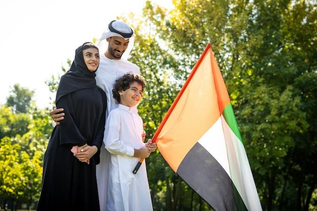 Filmowy obraz rodziny z emiratów spędzającej czas w parku