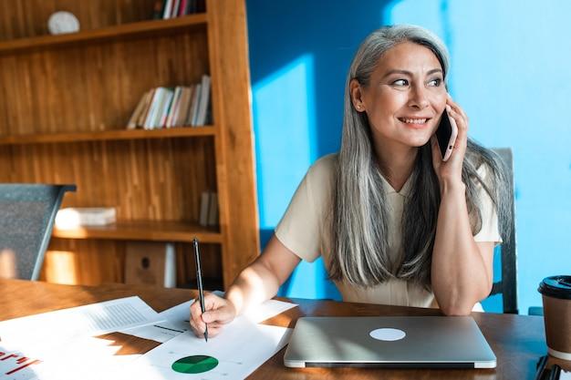 Filmowy obraz starszej kobiety biznesu portret pracownika w jej biurze