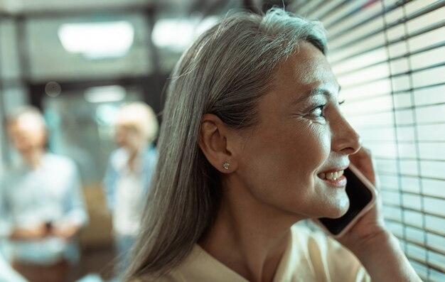 Filmowy obraz wieloetnicznego zespołu biznesowego współpracującego w nowoczesnym biurze