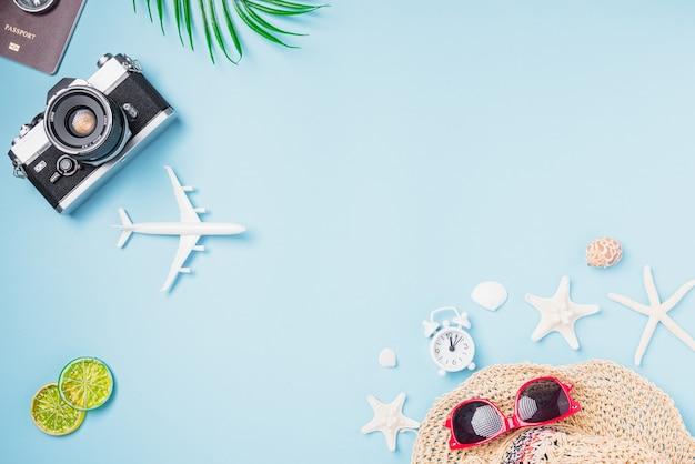 Filmy z aparatem retro, samolot, rozgwiazda, muszle, kapelusz podróżnika, tropikalne akcesoria