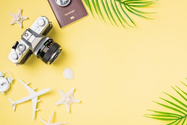 Filmy z kamerą retro, samolot, paszport, akcesoria tropikalnej plaży dla podróżników podróżujących z rozgwiazdą