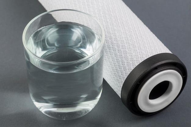 Filtr do wody i szklanka wody