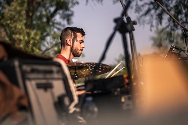 Filtrowany widok pierwszego planu perkusisty na żywo