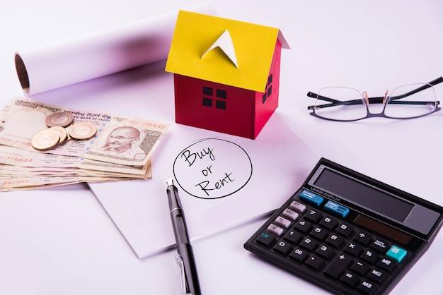 Finanse i kredyt mieszkaniowy lub zakup w indiach - koncepcja przedstawiająca model domu 3d, banknoty w indyjskiej walucie i kalkulator itp.