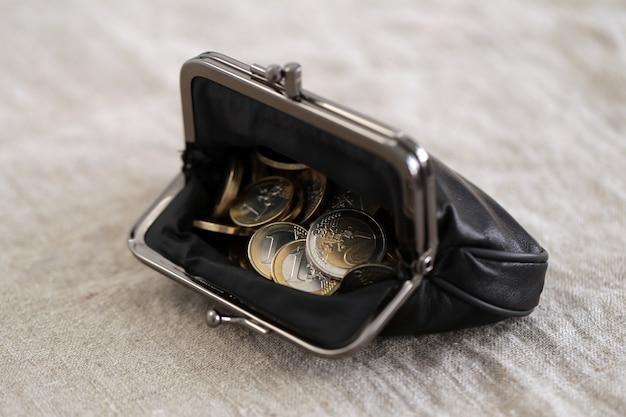 Finanse. monety euro w portfelu
