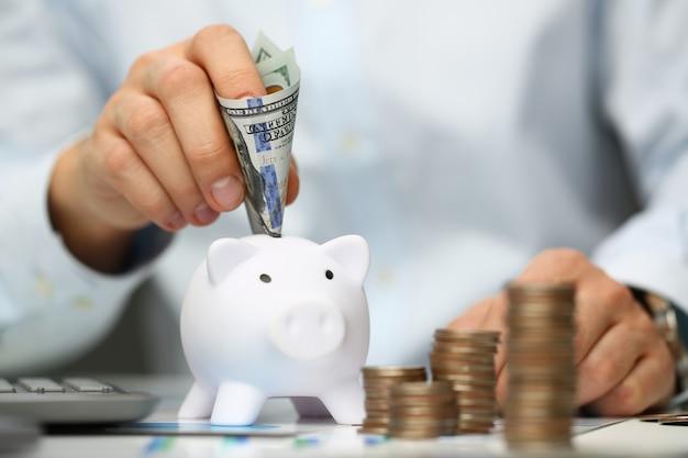 Finansista siedzi przy biurowym stole z pieniędzmi