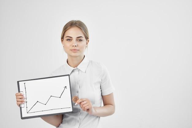 Finansista w białej koszuli z folderem w ręku na białym tle