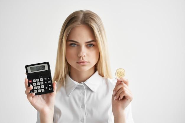 Finansista w białej koszuli z folderem w technologiach ręcznych