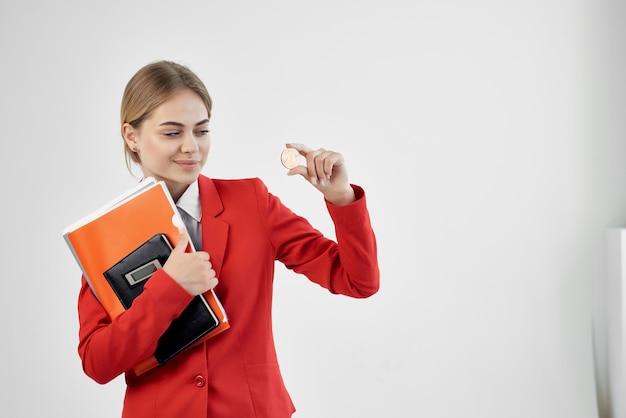 Finansista w czerwonej kurtce z dokumentami w ręku na białym tle