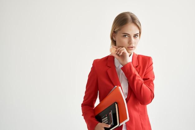 Finansista w czerwonej kurtce z dokumentami w ręku na jasnym tle