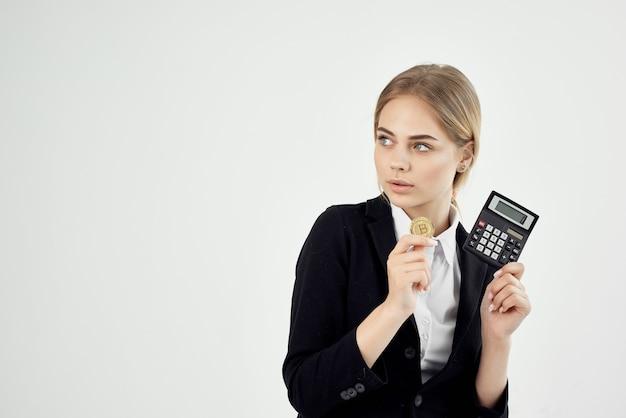 Finansista złota moneta kalkulator bitcoin na białym tle