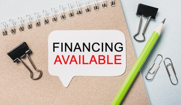 Finansowanie tekstu dostępne na białej naklejce z powierzchnią biurową