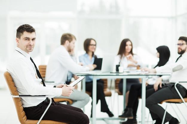 Finansowy manager tle biznesowych spotkań partnerów biznesowych.