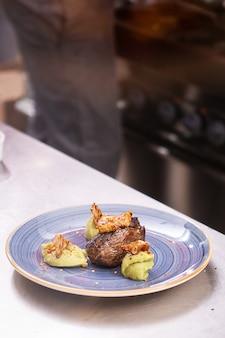 Fine dining design w kuchni restauracji, profesjonalna kuchnia