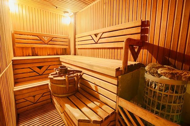 Fińskie drewniane nowoczesne puste wnętrze sauny