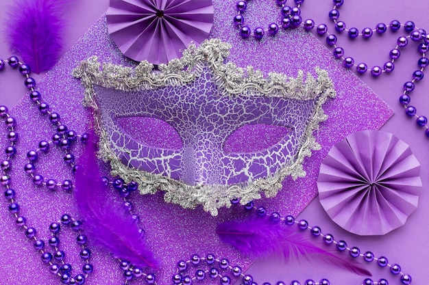 Fioletowa maska i ozdoby z pereł