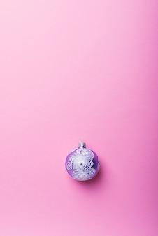 Fioletowa piłka boże narodzenie na różowym tle