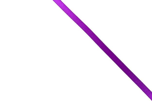 Fioletowa wstążka na białym tle.