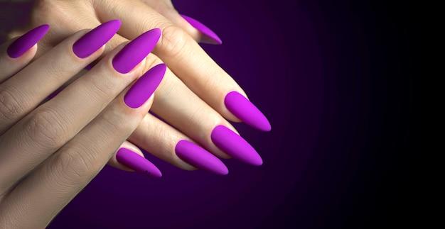 Fioletowe długie paznokcie