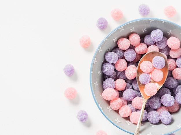 Fioletowe i różowe cukierki w misce