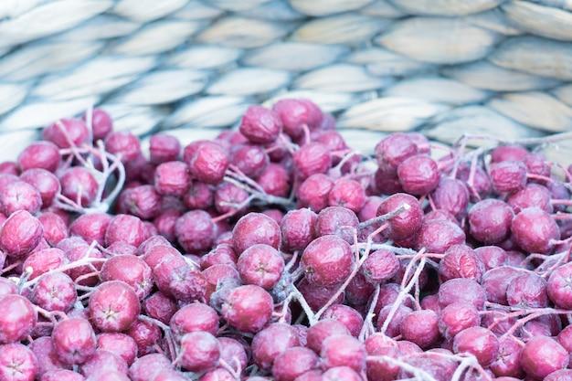 Fioletowe jagody jarzębiny w koszu