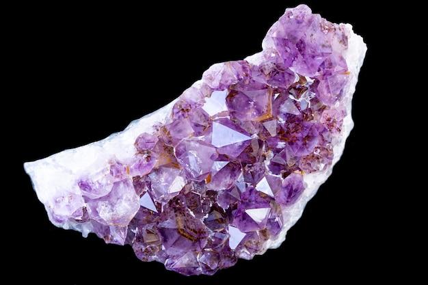 Fioletowe kryształy ametystu, izolować na czarnym tle.