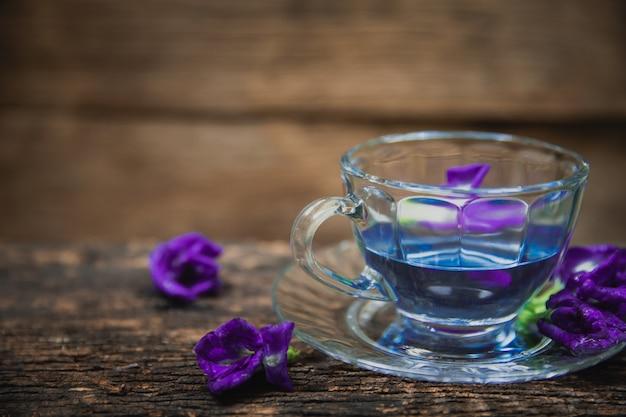 Fioletowe kwiaty w gorącej herbacie do picia