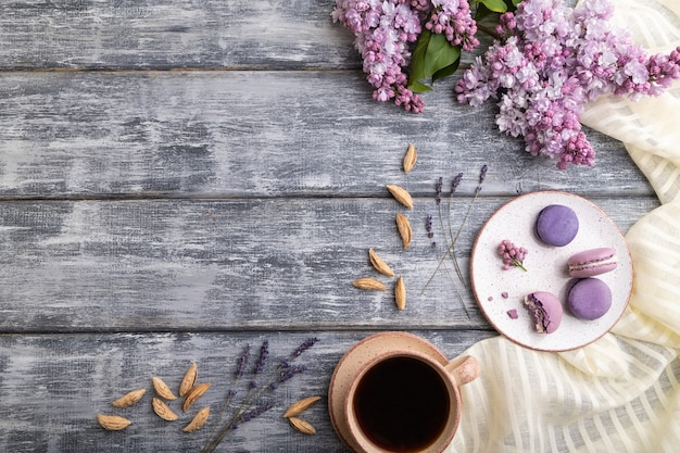 Fioletowe makaroniki lub ciasta makaronikowe z filiżanką kawy