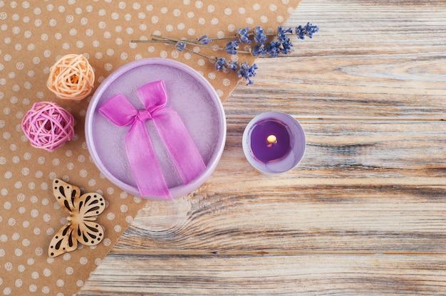 Fioletowe pudełko, kwiaty lawendy, świeca